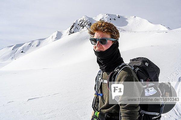 Skitourengeher  hinten schneebedeckte Berge  Wattentaler Lizum  Tuxer Alpen  Tirol  Österreich  Europa