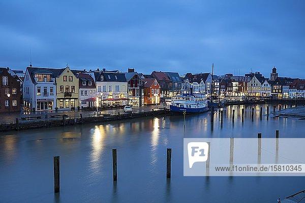 Binnenhafen  Abenddämmerung  Husum  Nordfriesland  Schleswig-Holstein  Deutschland  Europa
