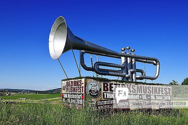 Riesige Trompeten-Attrappe als Werbung für das Bezirksmusikfest in Köstendorf  Salzburger Seenland  Salzburger Land  Österreich  Europa