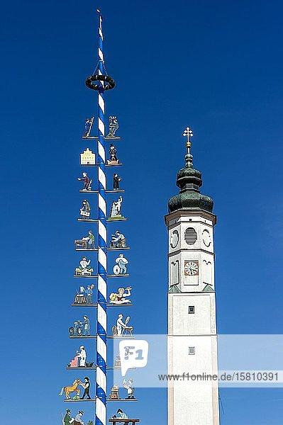 Maibaum mit Zunfttafeln  Glockenturm der Marktkirche St. Veit  Marktplatz  Dorfen  Oberbayern  Bayern  Deutschland  Europa