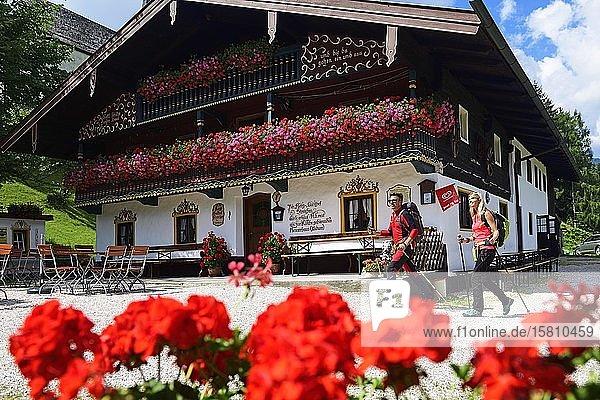 Hikers in front of the alpine restaurant Streichen  Schleching  Chiemgau  Upper Bavaria  Bavaria  Germany  Europe
