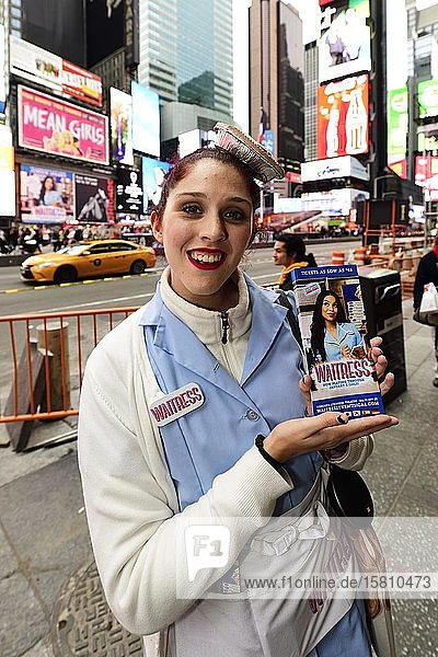 Junge Frau wirbt im Kellnerinnen-Kostüm und Törtchen auf dem Kopf für ein Musical  Times Square  Manhattan  New York City  New York State  USA  Nordamerika