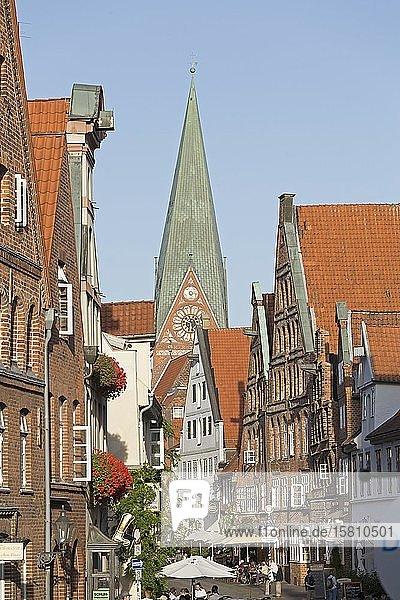 Johanniskirche und Heiligengeiststraße  Lüneburg  Niedersachsen  Deutschland  Europa
