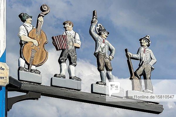 Zunftzeichen am Maibaum  symbolhafte Darstellung vom Beruf Musiker und Böllerschütze  Haag in Oberbayern  Oberbayern  Bayern  Deutschland  Europa