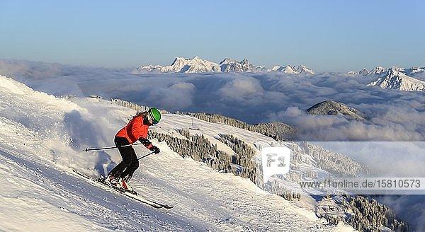 Skifahrerin fährt steile Abfahrt hinunter  schwarze Piste  hinten Berge  Brixen im Thale  Tirol  Österreich  Europa