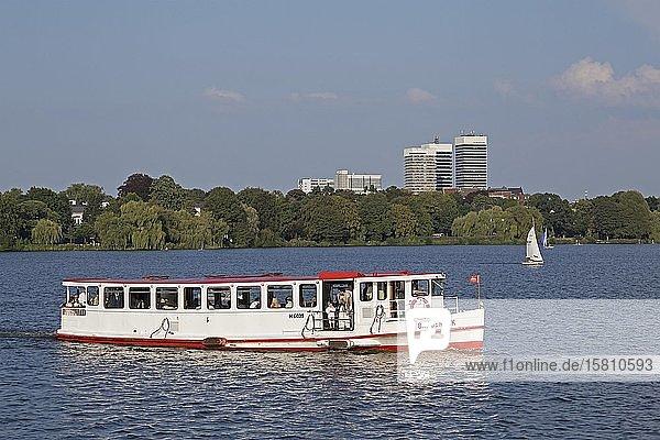 Ausflugsboot auf der Außenalster  Hamburg  Deutschland  Europa