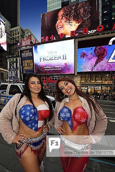 Sexy gekleidetet Damen lassen sich für Geld mit Touristen fotografieren  Times Square  Manhattan  New York City  New York State  USA  Nordamerika