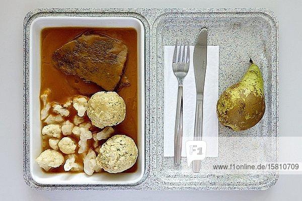 Fertig-Mahlzeit  ungesundes Mittagessen im Krankenhaus  Rinderbraten  Soße  Semmelknödel  Blumenkohl  Birne  Deutschland  Europa