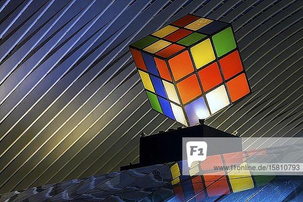 Großer Rubik-Würfel im Bahnhof von Lüttich  Gare de Liège-Guillemins  entworfen vom spanischen Architekten Santiago Calatrava  Nachtaufnahme  Lüttich  Wallonische Region  Belgien  Europa