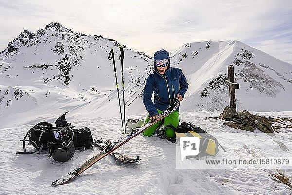 Skitourengeher beim Anfellen am Gipfel  rechts schneebedeckte Mölser Sonnenspitze  Wattentaler Lizum  Tuxer Alpen  Tirol  Österreich  Europa