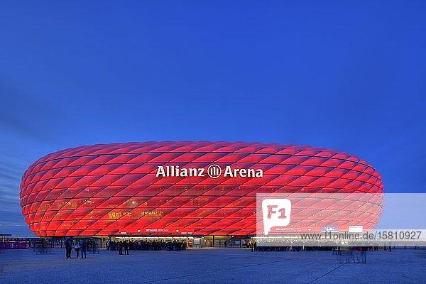 Zuschauer warten auf Einlass  illuminierte Allianz-Arena zur blauen Stunde  München  Bayern  Deutschland  Europa