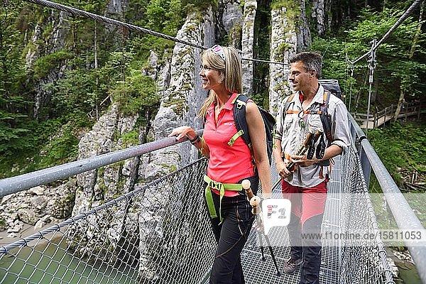 Wanderer auf der Hängebrücke der Großache  Tiroler Ache  Klobenstein  Tirol  Österreic