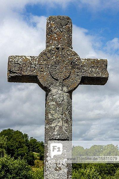 Steinkreuz im regionalen Naturpark der Vulkane der Auvergne  Departement Puy de Dome  Auvergne-Rhone-Alpes  Frankreich  Europa