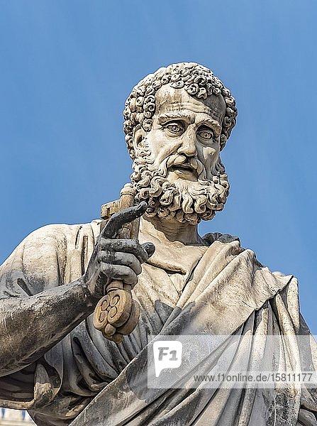 Petrus Statue mit dem Schlüssel auf der Piazza San Pietro  Vatikan  Rom  Italien  Europa