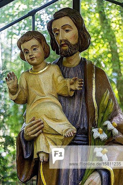 Hölzerne Statue des Hl. Josef von Nazaret mit dem Jesusknaben  Wallfahrtsort Maria Vesperbild  Ziemetshausen  Günzburg  Schwaben  Bayern  Deutschland  Europa