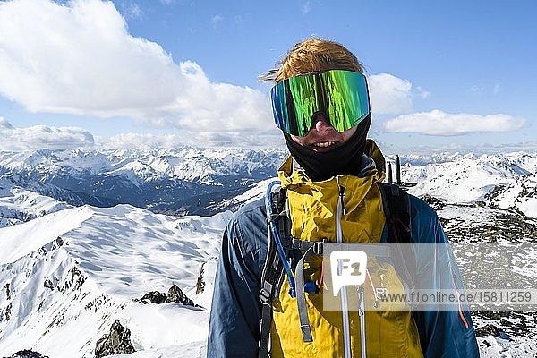 Skitourengeher  Mann mit Skibrille  hinten schneebedeckte Berge  Wattentaler Lizum  Tuxer Alpen  Tirol  Österreich  Europa