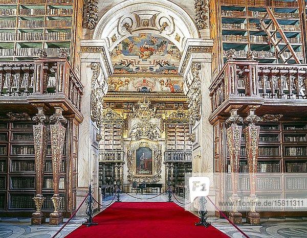 Beeindruckendes Interieur der Bibliothek in der historischen Universität von Coimbra  Portugal  Europa