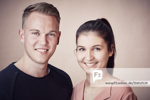 Lächelndes junges Paar