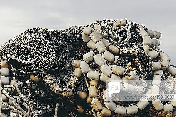 Kommerzielle Fischernetze und Kiemennetze stapeln  Fishermen's Terminal  Seattle  Washington