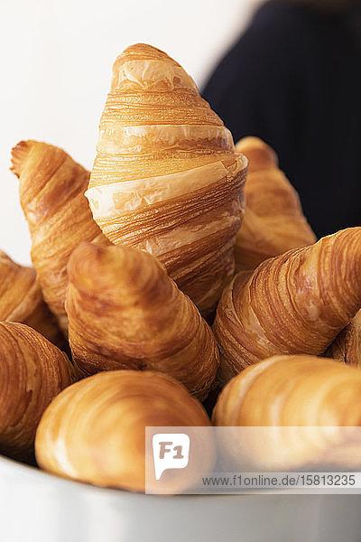 Nahaufnahme frische Croissants in Schale