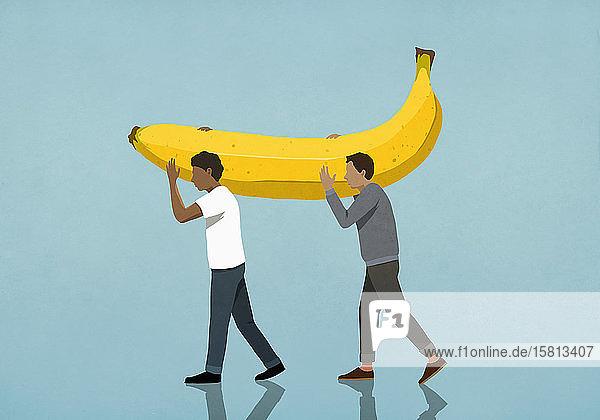 Männer tragen große Banane