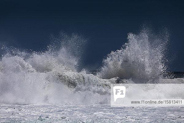 Wellenkämme und spritzender Meeresschaum