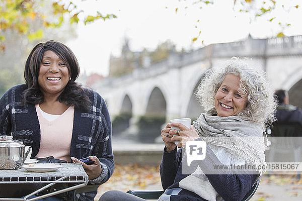 Porträt lächelnd  glücklich aktiv ältere Frauen Freunde trinken Kaffee im Herbst Park Cafe