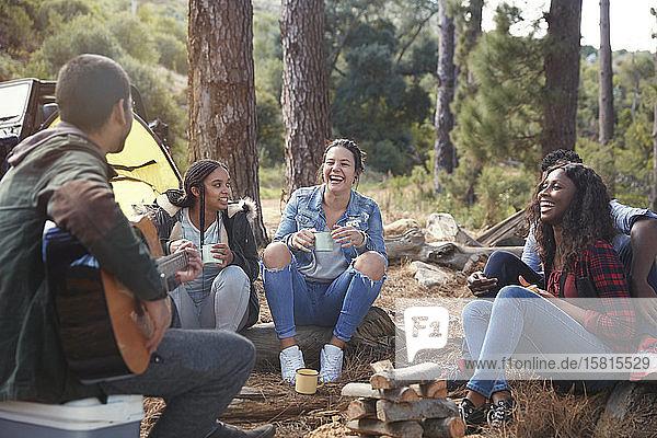 Junge Freunde  die lachen und auf dem Campingplatz abhängen