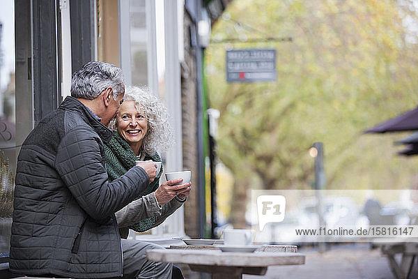 Älteres Paar trinkt Kaffee in einem Straßencafé