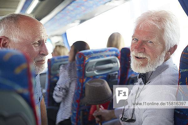 Porträt lächelnd,  zuversichtlich,  aktive ältere Männer Touristen auf Tour Bus