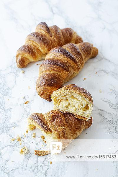 Croissants aus Plunderteig auf Marmorplatte