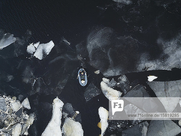 Russland  Sankt Petersburg  Sestroretsk  Luftaufnahme eines im Wasser treibenden Bootes am eisigen Ufer des Finnischen Meerbusens