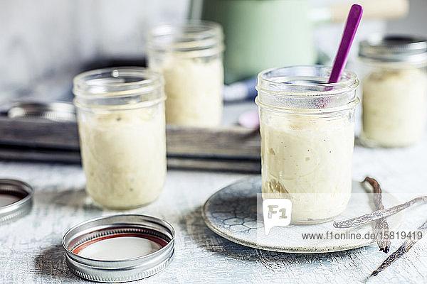 Gläser mit hausgemachter Vanillecreme