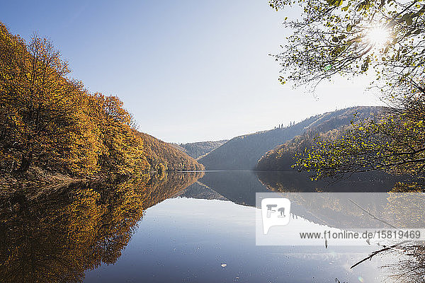 Deutschland  Nordrhein-Westfalen  Klarer Himmel über dem glänzenden Obersee im Herbst
