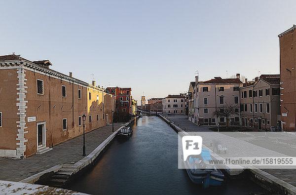 Italien  Venedig  Kanal im Morgengrauen von der Puente-Arsenal-Brücke aus gesehen
