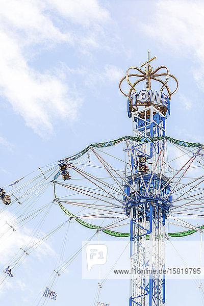 Deutschland  Bayern  München  Niedrigwinkelansicht der gegen den Himmel stehenden Kettenschaukel des Bayern-Turms