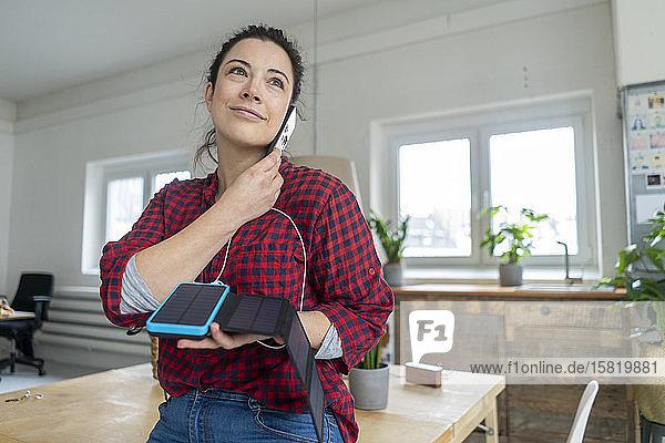 Frau am Telefon mit Solarstrombank