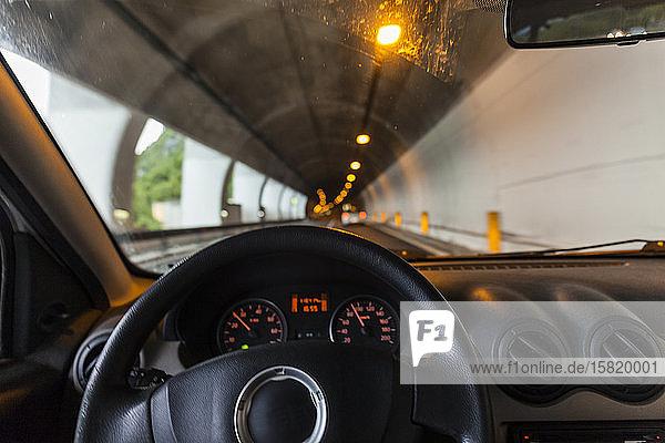 Italien  Lombardei  Lecco  Inneres des Autos im Tunnel