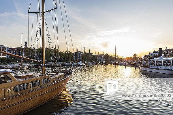 Deutschland  Mecklenburg-Vorpommern  Greifswald  Segelschiffe legen bei Sonnenuntergang im Hafen an