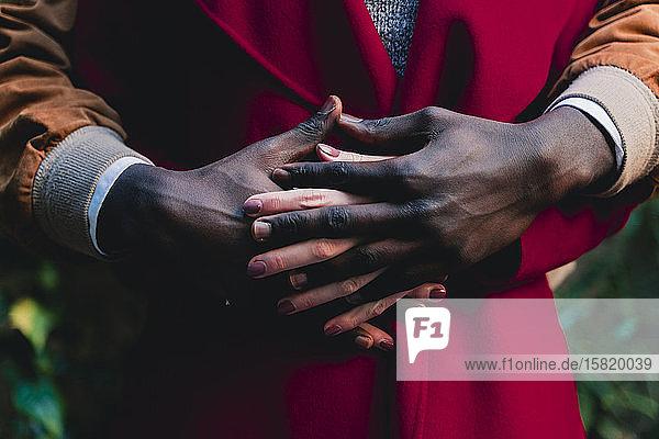 Nahaufnahme eines Händchen haltenden Paares