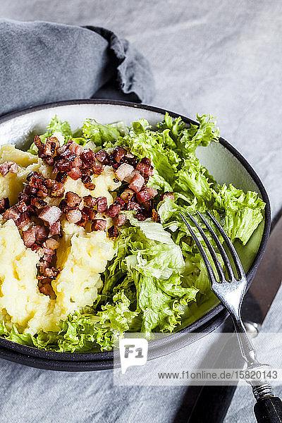 Endivie mit Kopfsalat  Speckwürfeln und Kartoffelpüree
