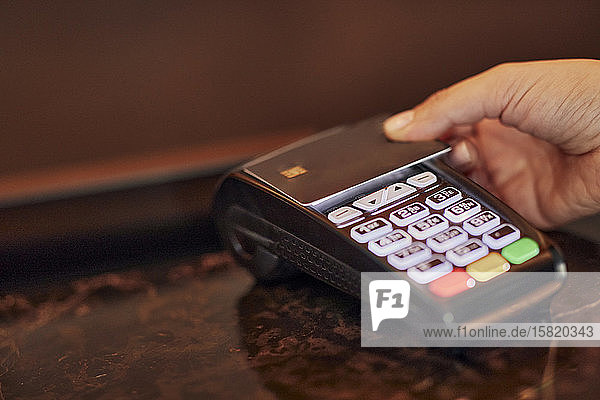 Paying contactless with credit card
