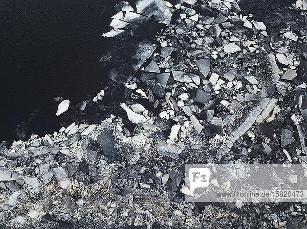 Russland  Sankt Petersburg  Sestroretsk  Luftaufnahme eines einzelnen Bootes am eisigen Ufer des Finnischen Meerbusens