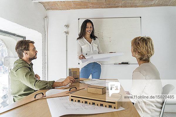 Kollegen bei einer Besprechung im Architekturbüro