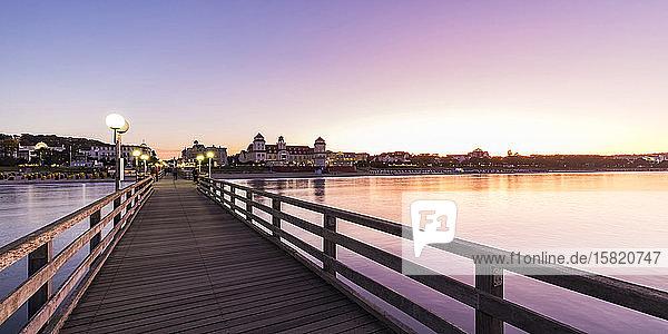 Deutschland  Mecklenburg-Vorpommern  Rugen Island  Binz  Ostseebad  Pier und Meer bei Sonnenuntergang