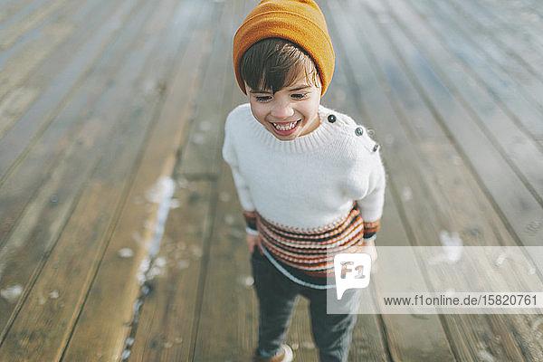 Glücklicher kleiner Junge in einem Strickpulli