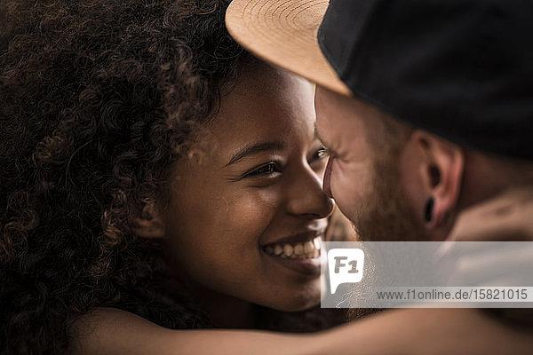 Nahaufnahme eines liebevollen glücklichen Paares  das sich umarmt