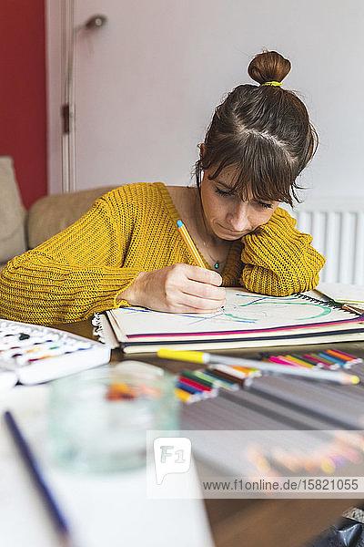 Frau zeichnet mit Bleistift
