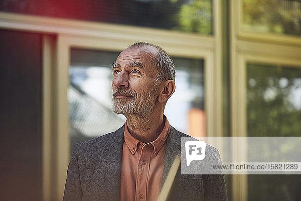 Leitender Geschäftsmann in der Stadt  Porträt