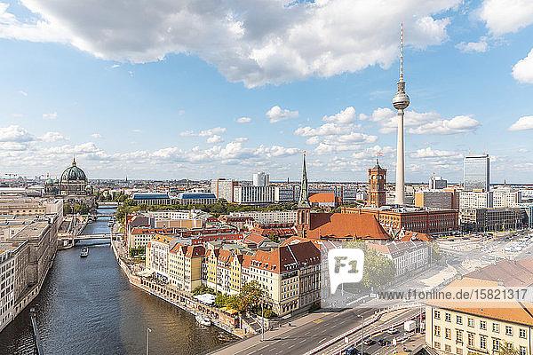 Deutschland  Berlin  Wolken über Spreekanal und Fernsehturm Berlin